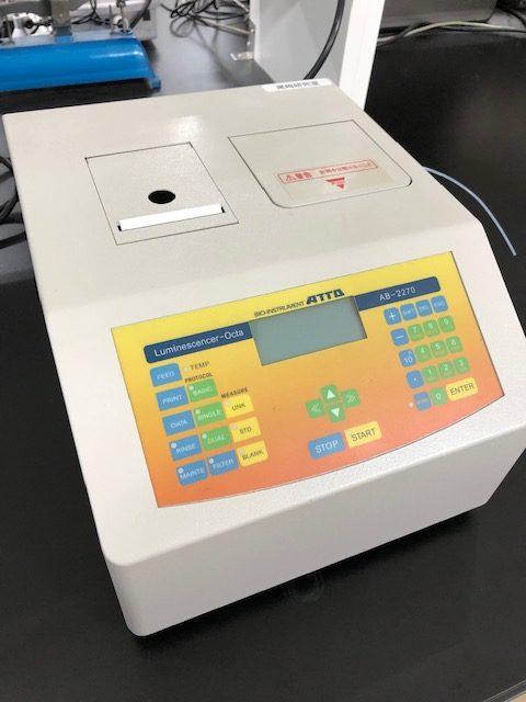 ルミノメータ・発光測定装置「AB-2270 ルミネッセンサーOcta(アトー社製)」を、新たに設置しました。